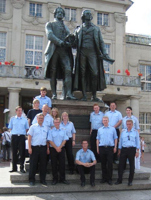 Bild1_Delegierte_vor_dem_Goethe_u_Schiller-Denkmal
